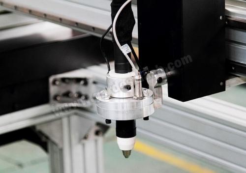 Плазменный резак для механизированной резки установленный в модуль контроля высоты.